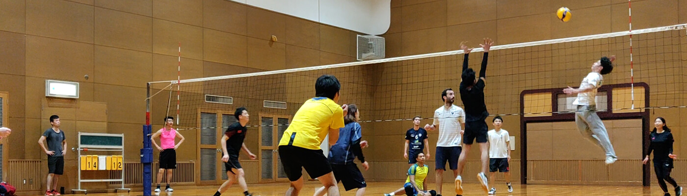 playing volleyball with tourists in osaka
